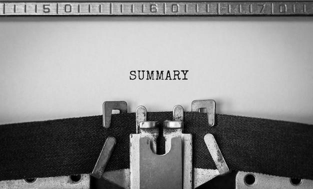 Streszczenie tekstu wpisane na maszynie do pisania retro