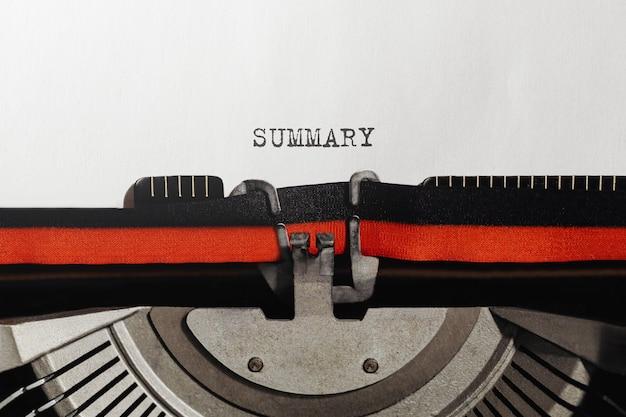Streszczenie tekstu wpisane na maszynie do pisania w stylu retro
