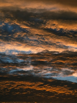 Streszczenie tekstura dramatyczne czerwone niebo z chmurami