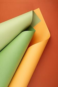 Streszczenie tła zrolowanych teksturowanych arkuszy papieru o różnych odcieniach