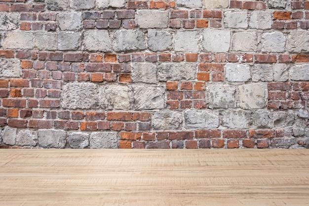 Streszczenie tło drewnianej deski i ceglanego muru