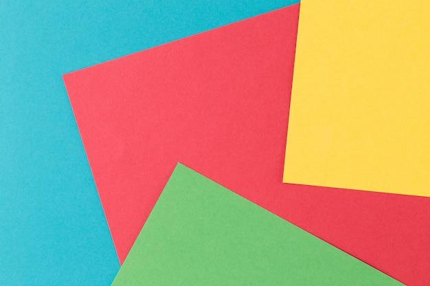 Streszczenie tło geometryczne papieru. kolory: zielony, żółty, czerwony, niebieski.