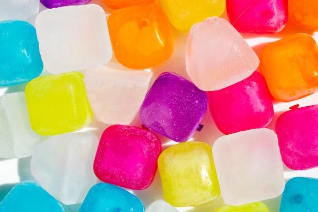 Streszczenie tło, kolorowe kostki lodu flatlay.