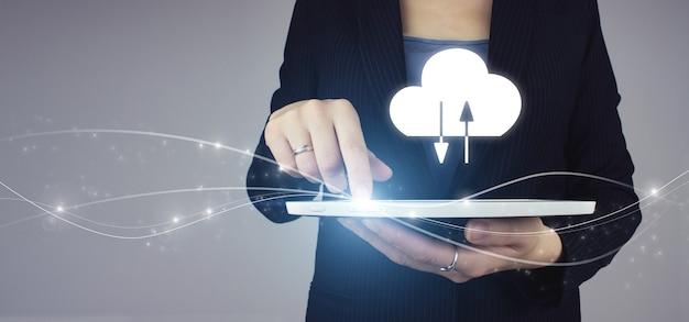 Streszczenie tło technologia połączenia chmury. biała tabletka w ręku businesswoman z cyfrowym hologramem streszczenie znak chmura na szarym tle. koncepcja internet technologia cloud computing.