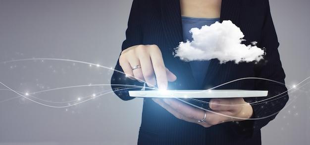 Streszczenie tło technologia połączenia chmury. biała tabletka w ręku businesswoman z cyfrowym hologramem streszczenie znak chmura na szarym tle. koncepcja przetwarzania w chmurze.