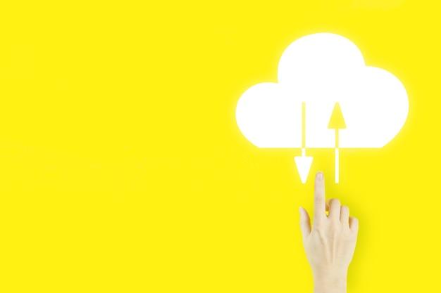 Streszczenie tło technologia połączenia chmury. palec dłoni młodej kobiety wskazując z hologramem streszczenie chmura na żółtym tle. koncepcja internetu w chmurze obliczeniowej