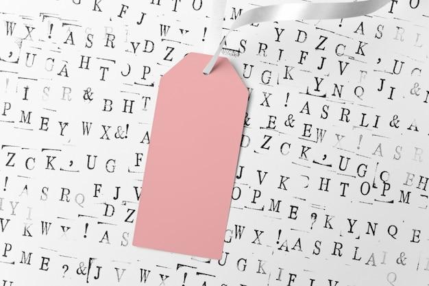 Streszczenie tło z czarnymi literami. pusty różowy znacznik ze wstążką
