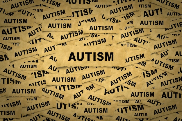 Streszczenie tło z kawałków papieru z napisem autyzm.