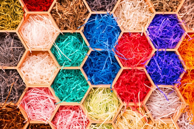 Streszczenie wielokolorowe sześciokątne wzorzyste tło z kolorowym wyciętym papierem do pakowania