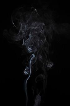 Streszczenie wyblakły biały dym na czarnym tle