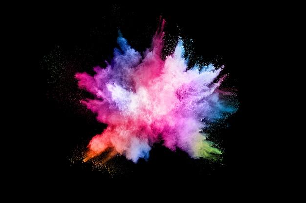 Streszczenie wybuch pyłu kolorowe na czarnym tle