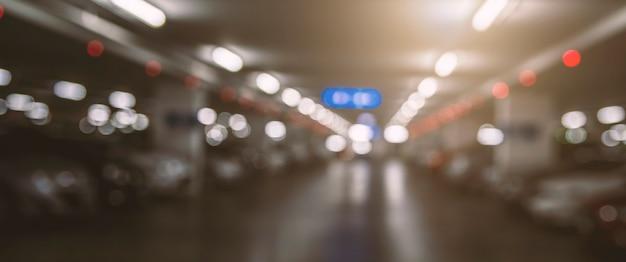 Streszczenie zamazane samochody na parkingu w centrum handlowym.