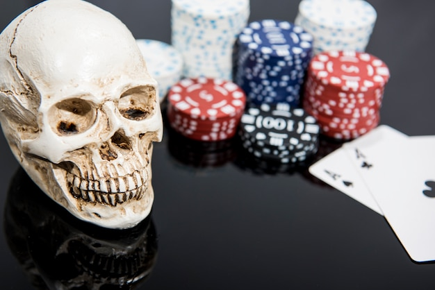Streszczenie zdjęcie kasyna. gra w pokera na czerwonym tle. temat hazardu.