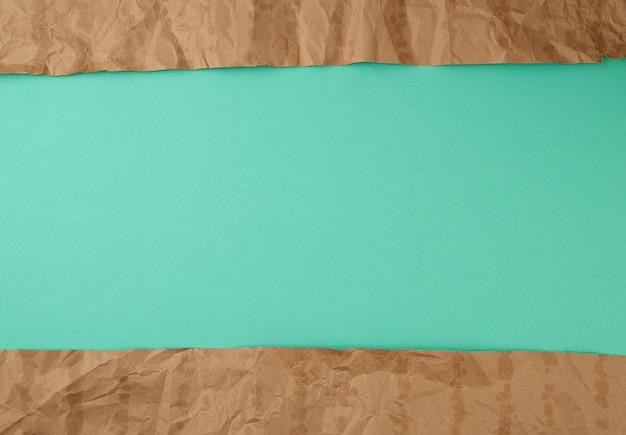 Streszczenie zielonej powierzchni z elementami brązowy papier rozdarty