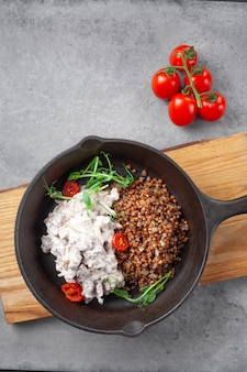 Stroganow wołowy w śmietanie i kaszy gryczanej i pomidorkami cherry na patelni
