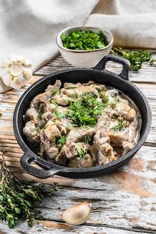 Stroganow wołowy z pieczarkami i świeżą pietruszką