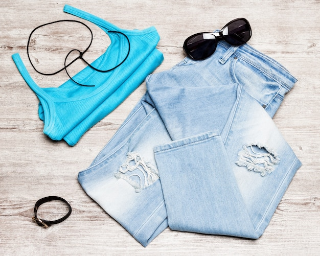 Strój damski w stylu casual zgrywanie obcisłe dżinsy bez rękawów okulary przeciwsłoneczne bransoletka choker naszyjnik