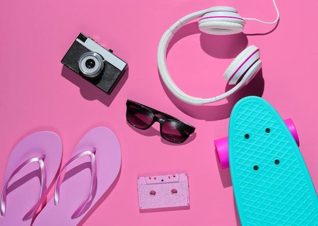 Strój hipsterski deskorolka słuchawki z kasetą audio flip flop okulary przeciwsłoneczne w stylu retro