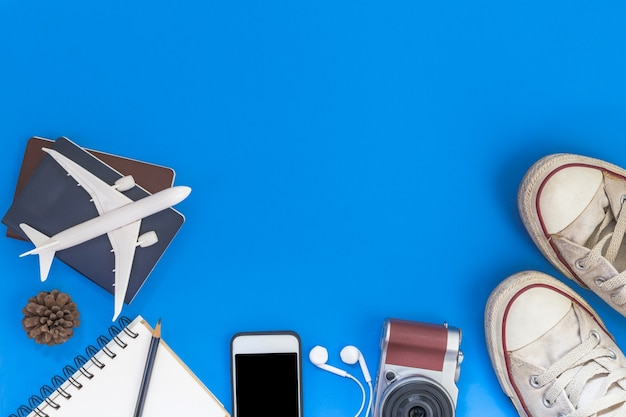 Strój i akcesoria podróżnik na błękitnym tle z kopii przestrzenią, podróży pojęcie