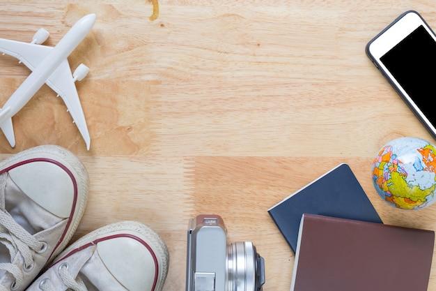 Strój i akcesoria podróżnik na drewnianym tle z kopii przestrzenią, podróży pojęcie