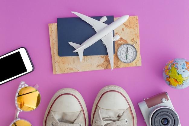 Strój i akcesoria podróżnik na różowym tle z kopii przestrzenią, podróży pojęcie