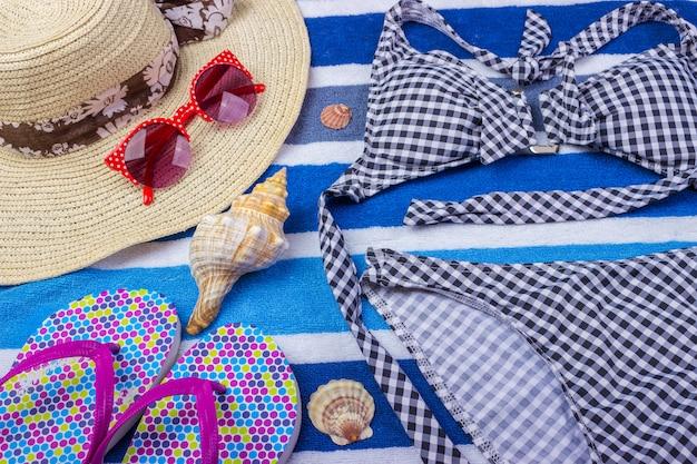 Strój kąpielowy z akcesoriami plażowymi na niebiesko