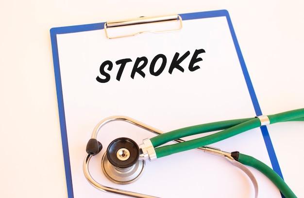 Stroke - tekst na folderze medycznym z dokumentami i stetoskopem
