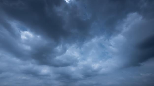 Strom i deszczowe niebo chmury