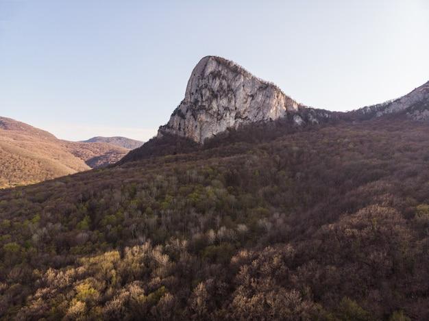 Stromy skalisty grzbiet wśród zielonych gór i gęstego lasu zapierający dech w piersiach widok z lotu ptaka