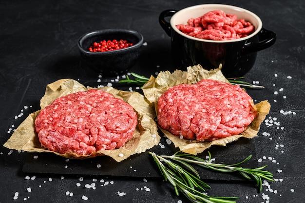 Strona główna ręcznie robione hamburgery z surowego mięsa mielonego wołowego. ekologiczne mięso hodowlane. widok z góry