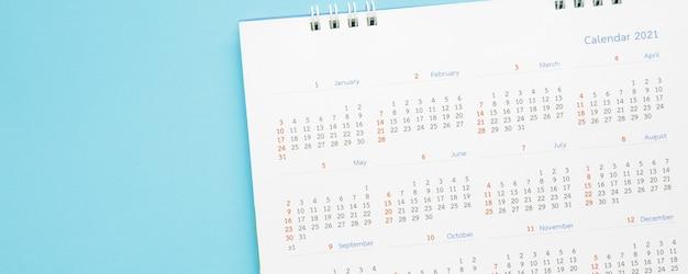 Strona kalendarza 2021 na niebieskim tle koncepcja spotkania planowania biznesowego