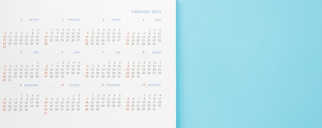 Strona kalendarza 2021 na niebieskim tle koncepcji spotkania planowania biznesowego
