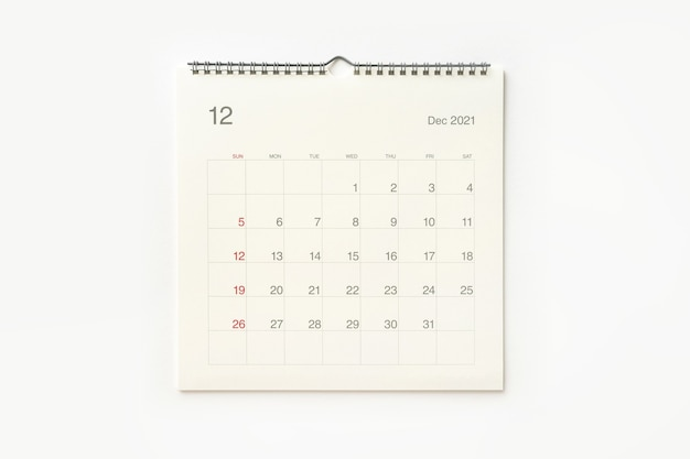Strona kalendarza grudnia 2021 na białym tle. tło kalendarza dla przypomnienia, planowania biznesowego, spotkania terminowego i wydarzenia.
