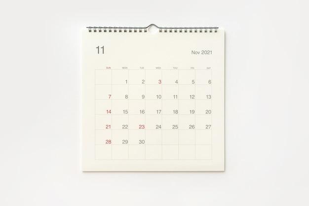 Strona kalendarza listopada 2021 na białym tle. tło kalendarza dla przypomnienia, planowania biznesowego, spotkania terminowego i wydarzenia.