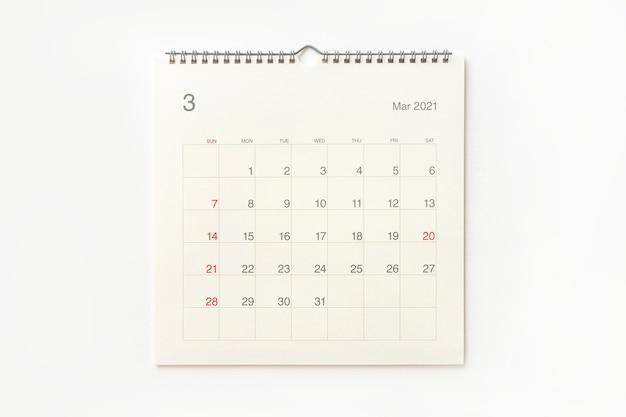 Strona kalendarza marca 2021 na białym tle. tło kalendarza dla przypomnienia, planowania biznesowego, spotkania terminowego i wydarzenia.