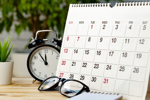 Strona kalendarza na drewnianym biurku