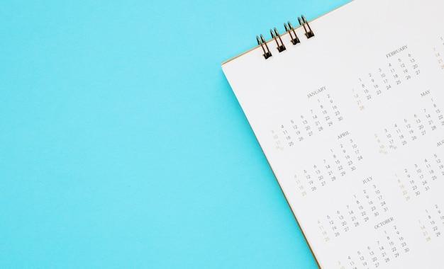Strona kalendarza z bliska na niebieskim biznes planowania spotkanie spotkanie koncepcji