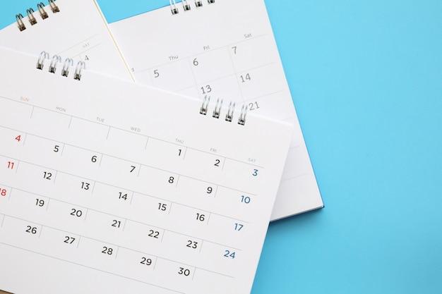 Strona kalendarza z bliska na niebieskim tle koncepcji spotkania planowania biznesowego
