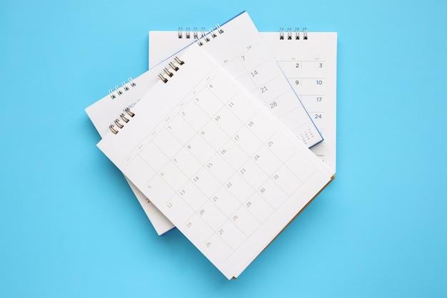 Strona kalendarza z bliska na niebiesko