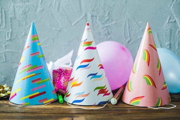 Strona kapelusze i balony na stole