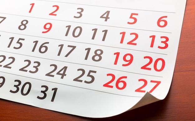 Strona z kalendarza leży na stole