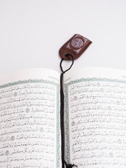 Strony koranu oddzielone zakładką