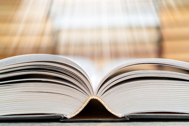 Strony książki emitują światło. symbol mądrości, wiedzy i nauki.