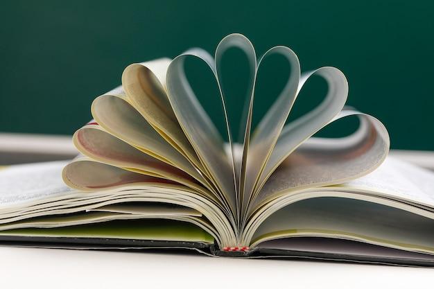 Strony książki wygięte w kształcie serca.