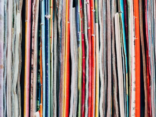 Strony ułożonych w stos czasopism