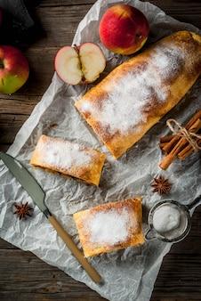 Strudel jabłkowy z orzechami, rodzynkami, cynamonem i cukrem pudrem