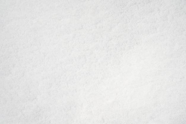 Struktura białego zamarzniętego śniegu zimą.