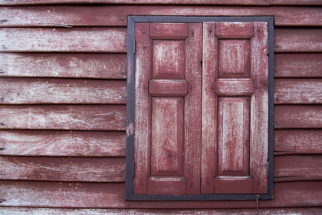 Struktura drewna ściany, antyczne czerwone okiennice drewniane, podłoga drewniana w stylu tajskim