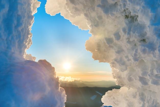 Struktura lodu przed dramatycznym zachodem słońca i pomarańczowym słońcem