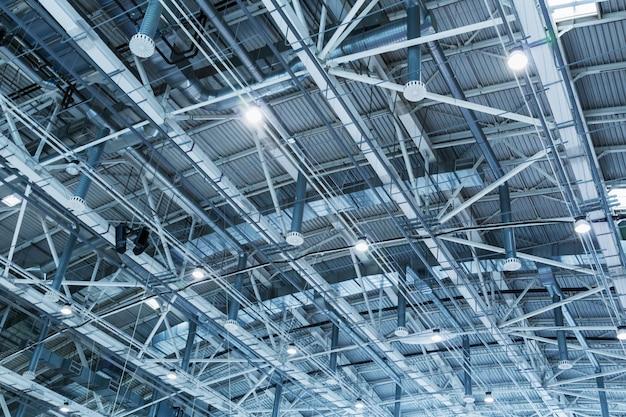 Struktura metalowego sufitu budynku